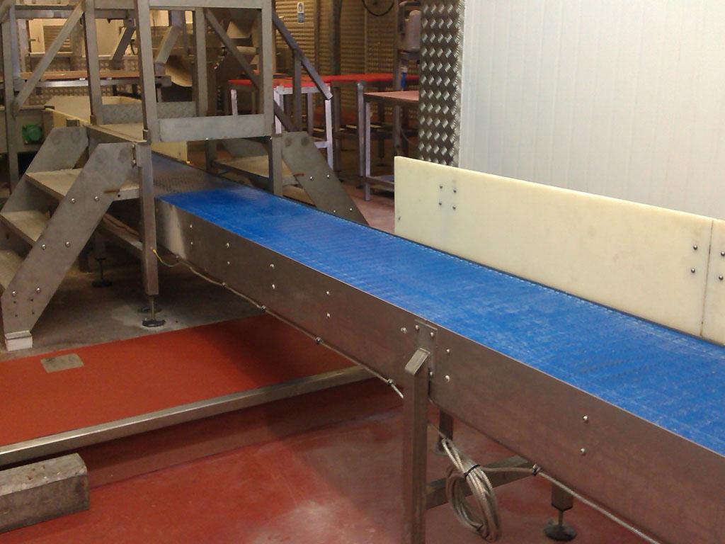 Modular conveyor under steps