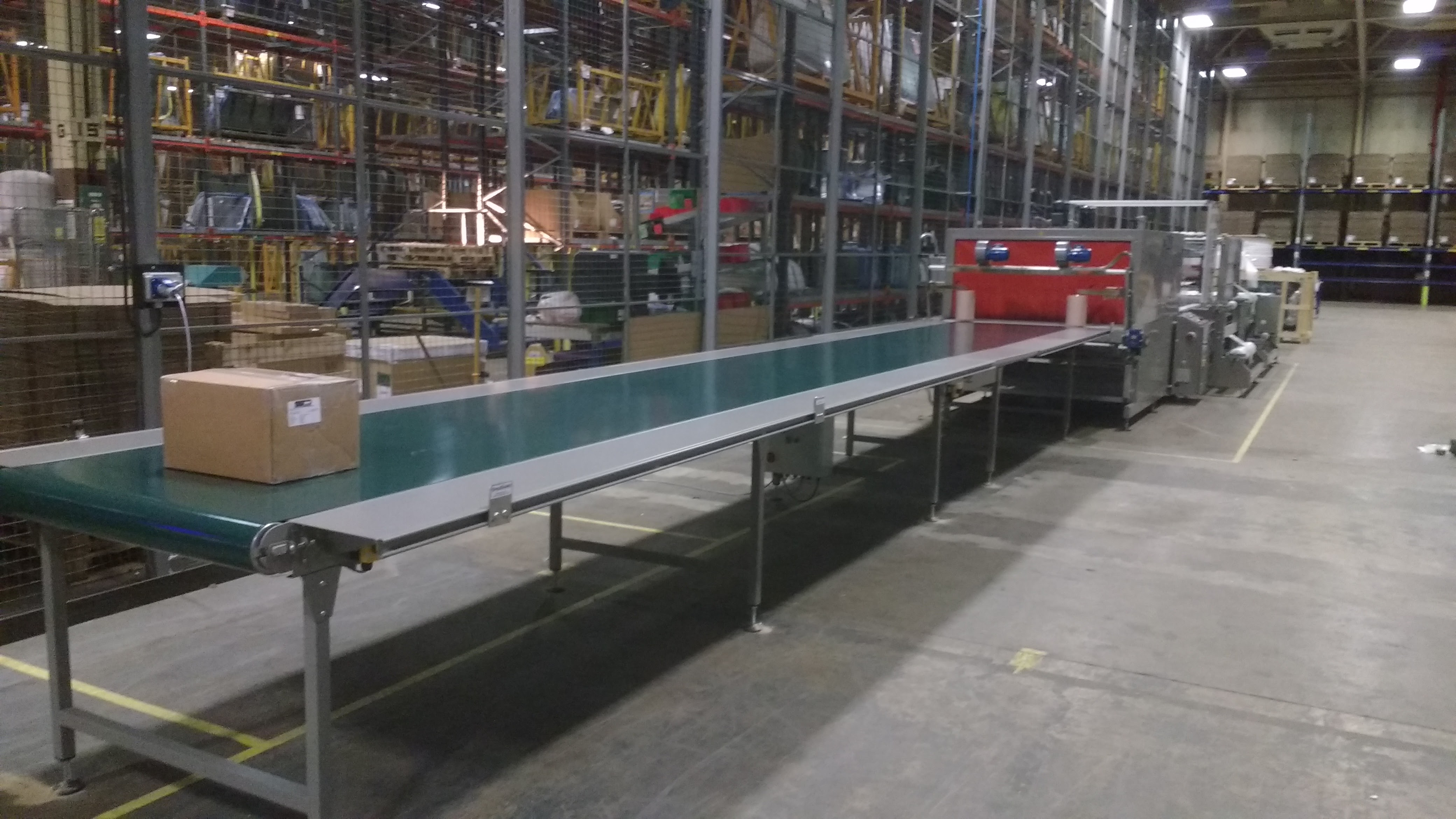 Conveyor belt with work tables
