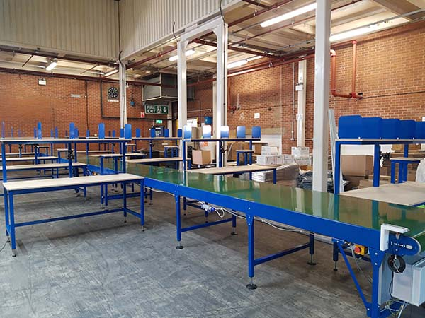 Packing benches wit belt conveyor