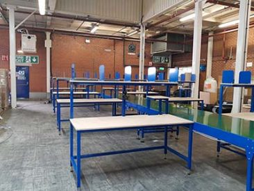 packing bench and conveyor belt