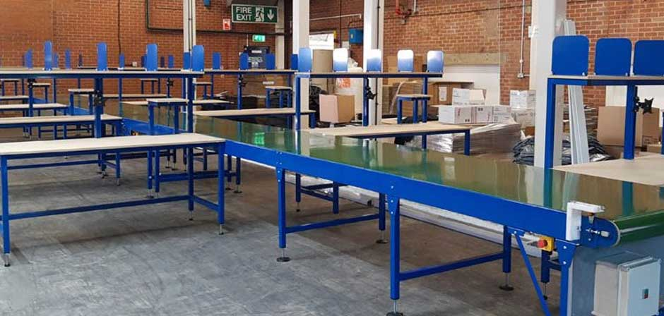 Conveyor belt packign line with packing benches