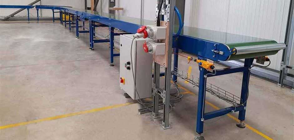 Long belt conveyor for packing boxes