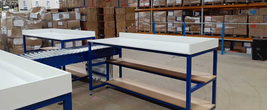 Packing benches with conveyor