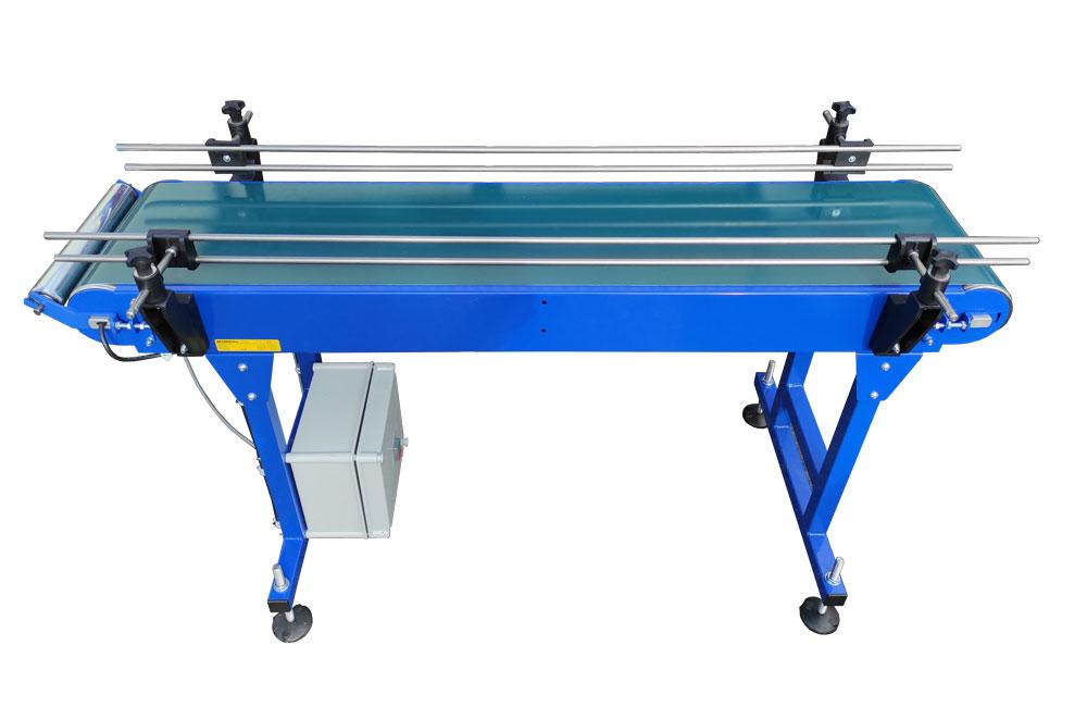 Short belt conveyor with side guides